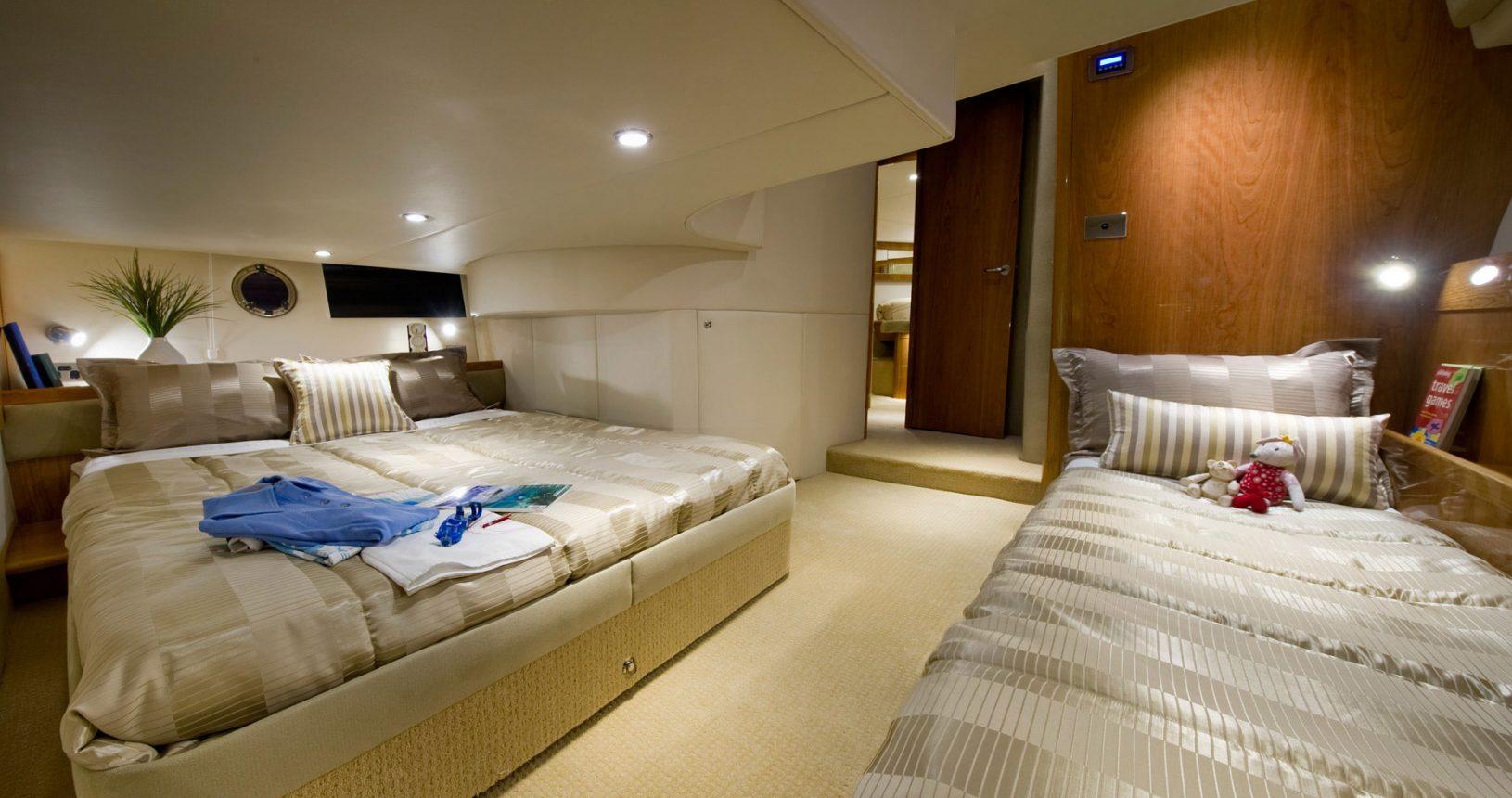 Riviera 43 Open Flybridge - master cabin