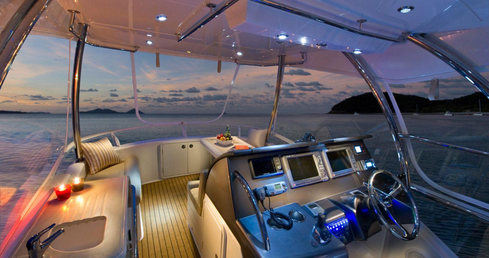 Riviera 43 Open Flybridge - helm