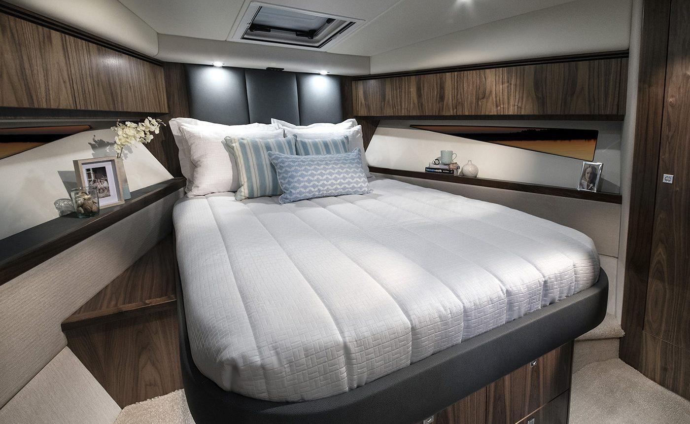 Riviera 4800 Sport Yacht - Master Stateroom
