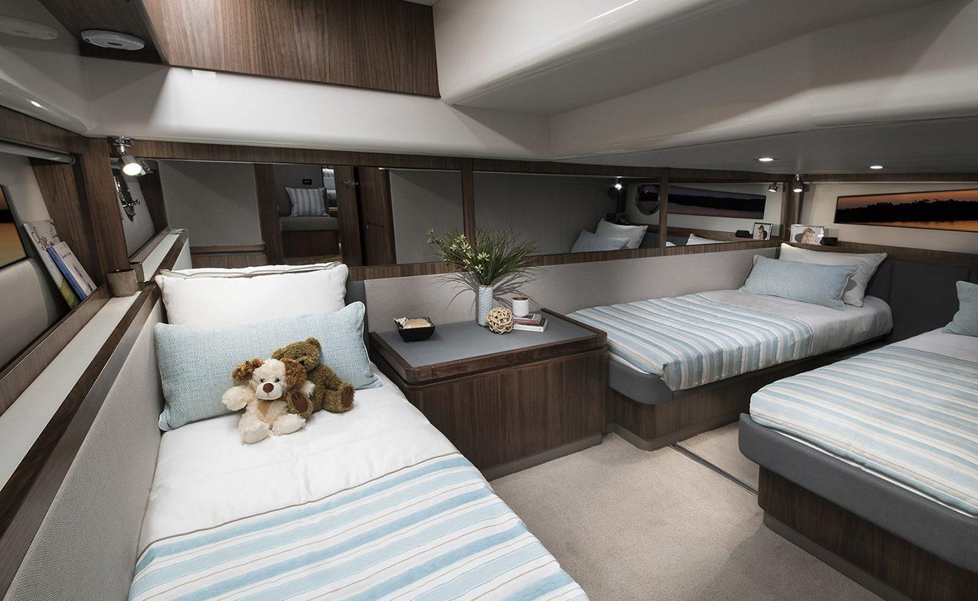 Riviera 4800 Sport Yacht -guest cabin