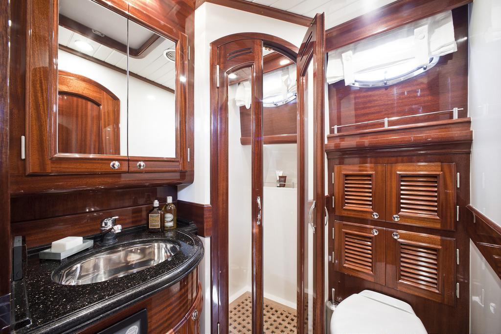 Vicem 64 Classic Flybridge - ensuite bathroom