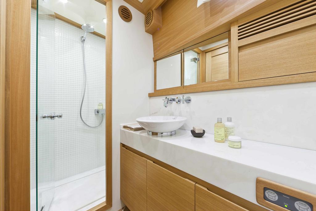 Vicem 80 Classic Flybridge - ensuite bathroom
