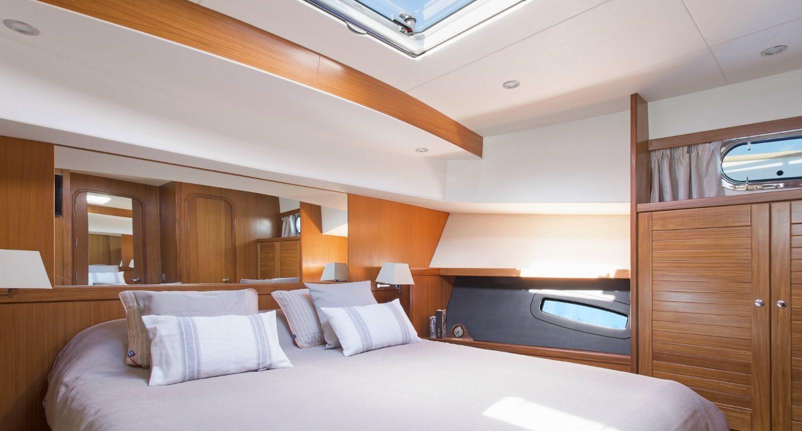 Minorca Islander 54 Flybridge for sale - master bedroom