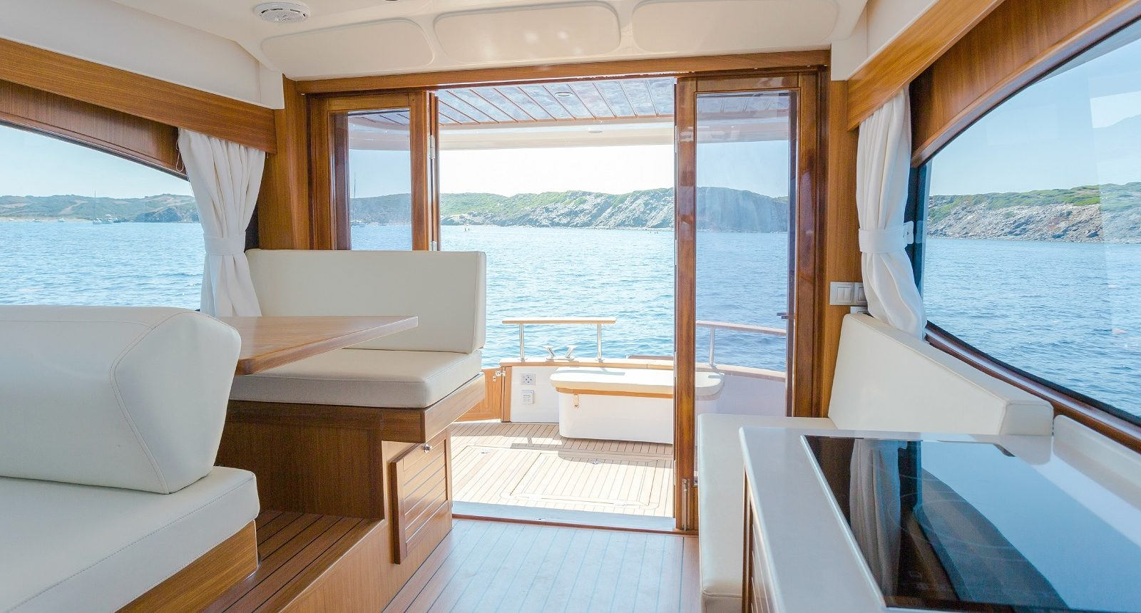 Minorca Islander 34 for sale - salon