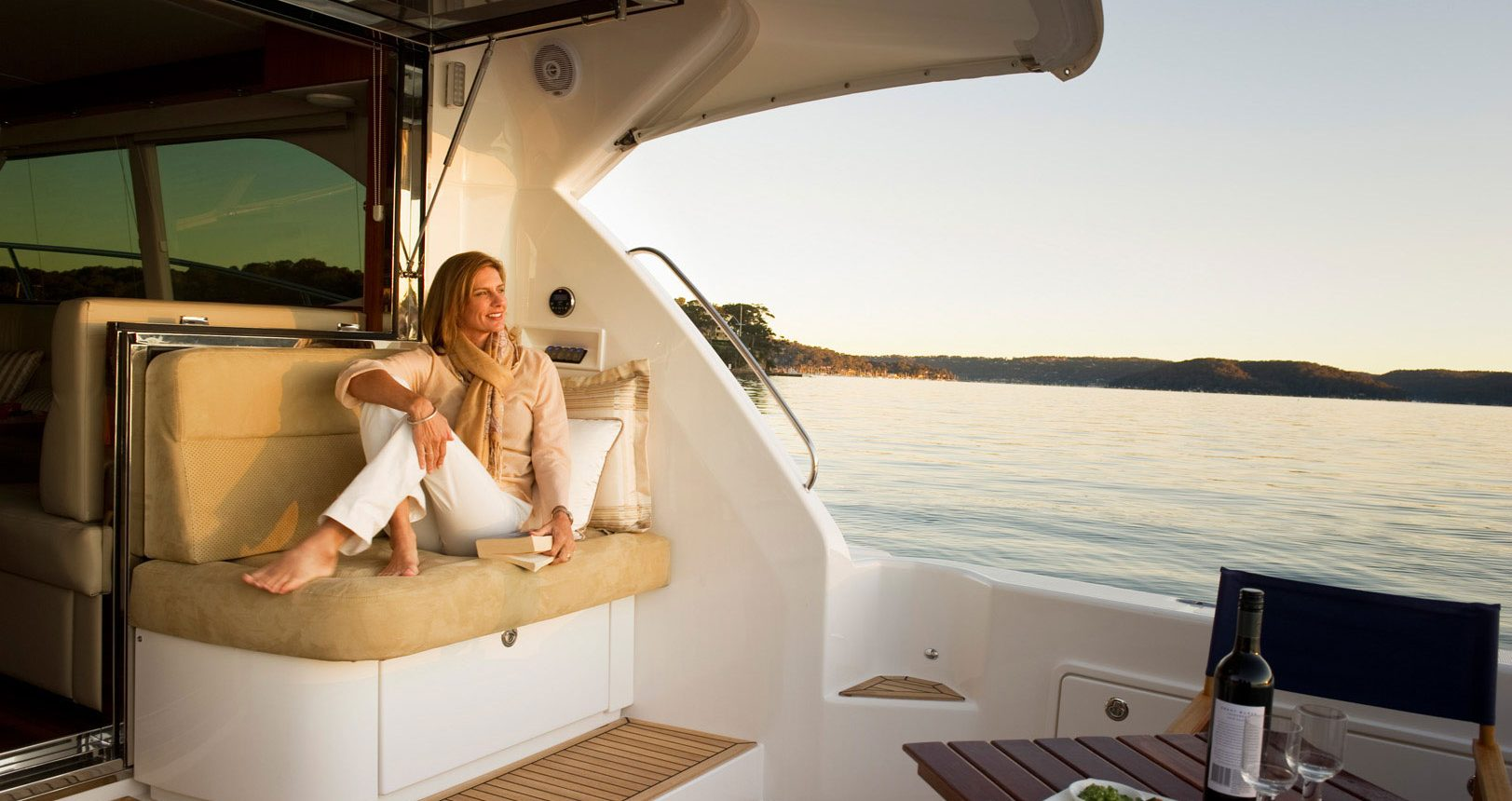 Riviera 43 Open Flybridge - cockpit seating
