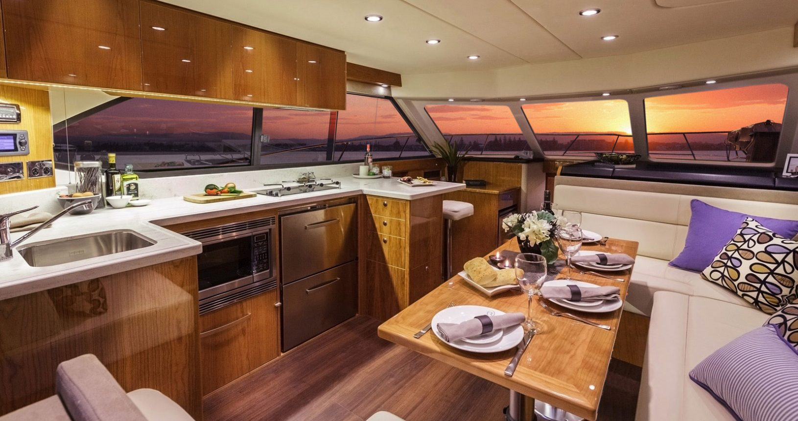 Riviera 43 Open Flybridge - salon / galley