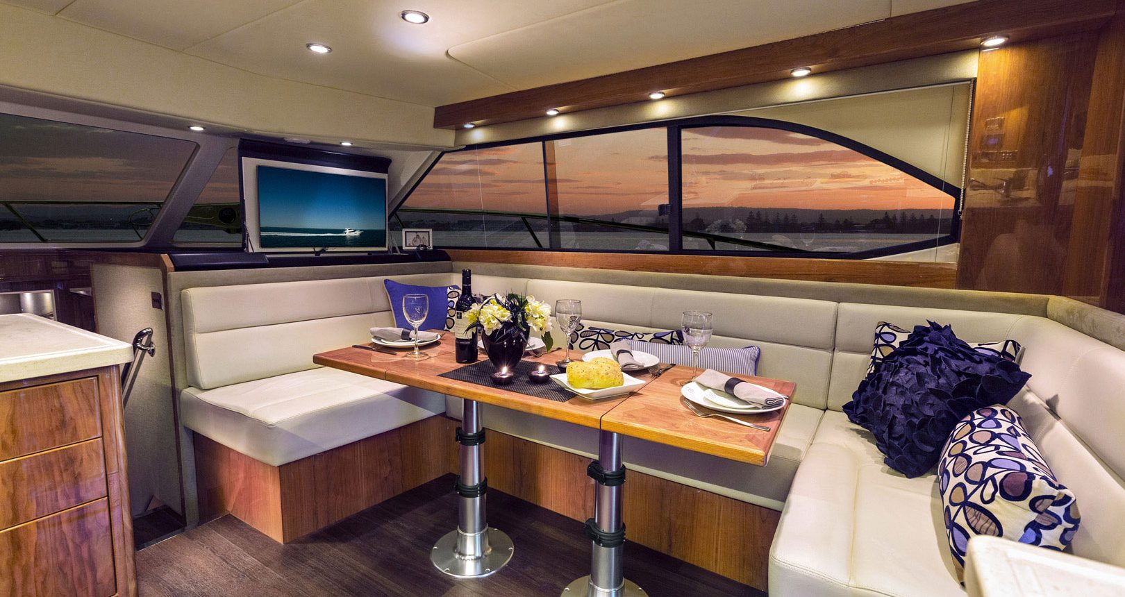 Riviera 43 Open Flybridge - dining area / salon
