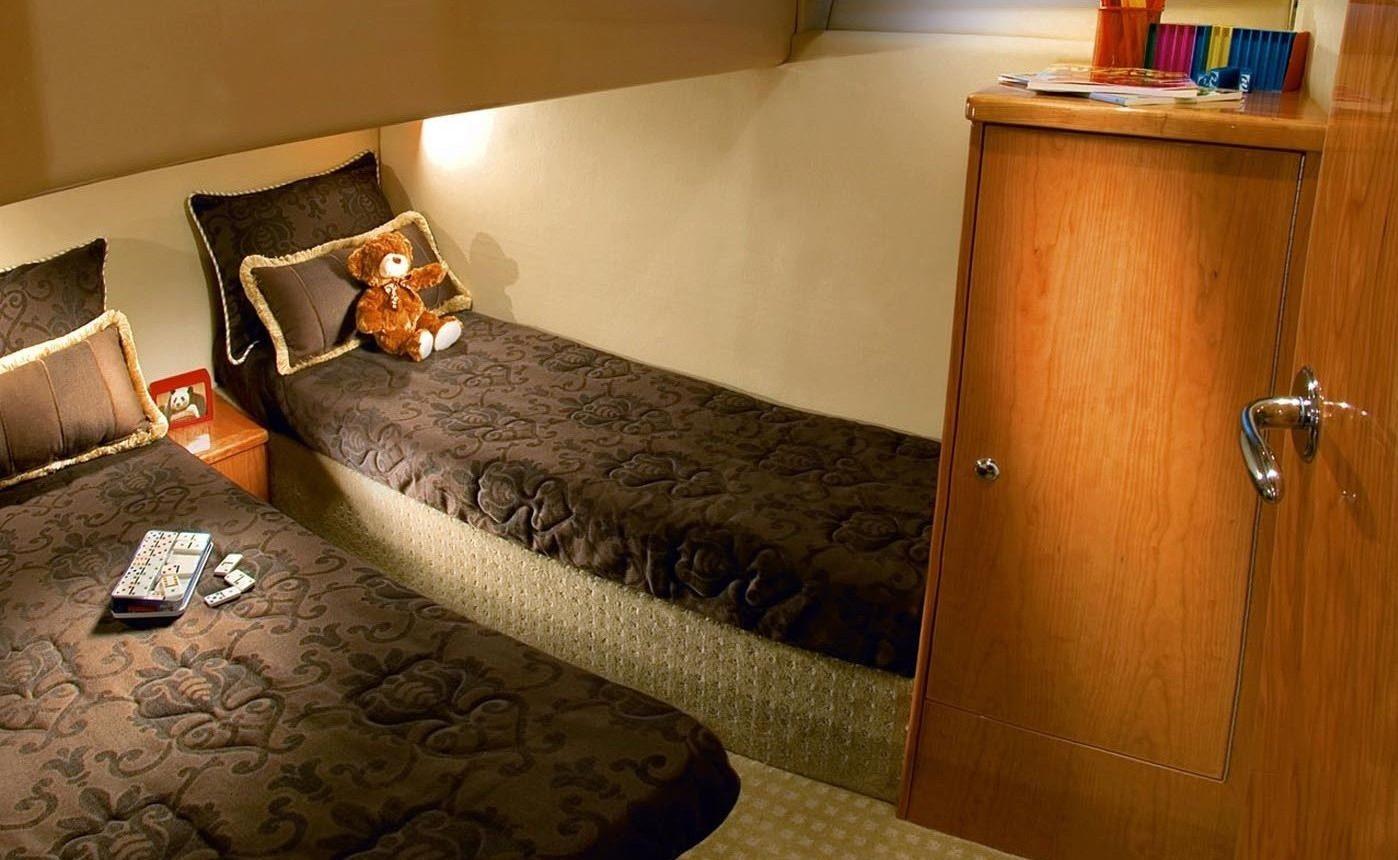 Riviera 45 Open Flybridge - guest cabin