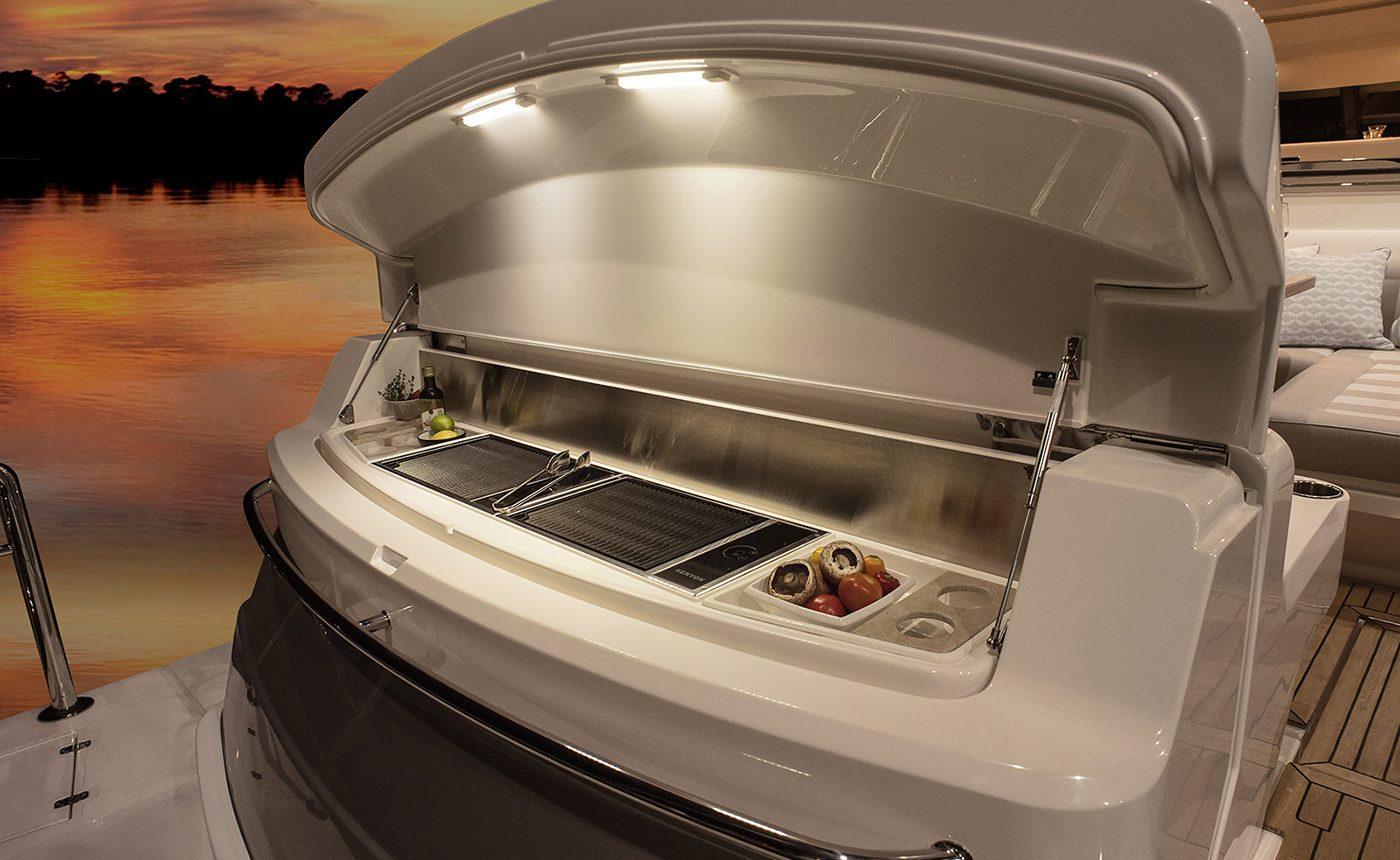 Riviera 4800 Sport Yacht - transom BBQ