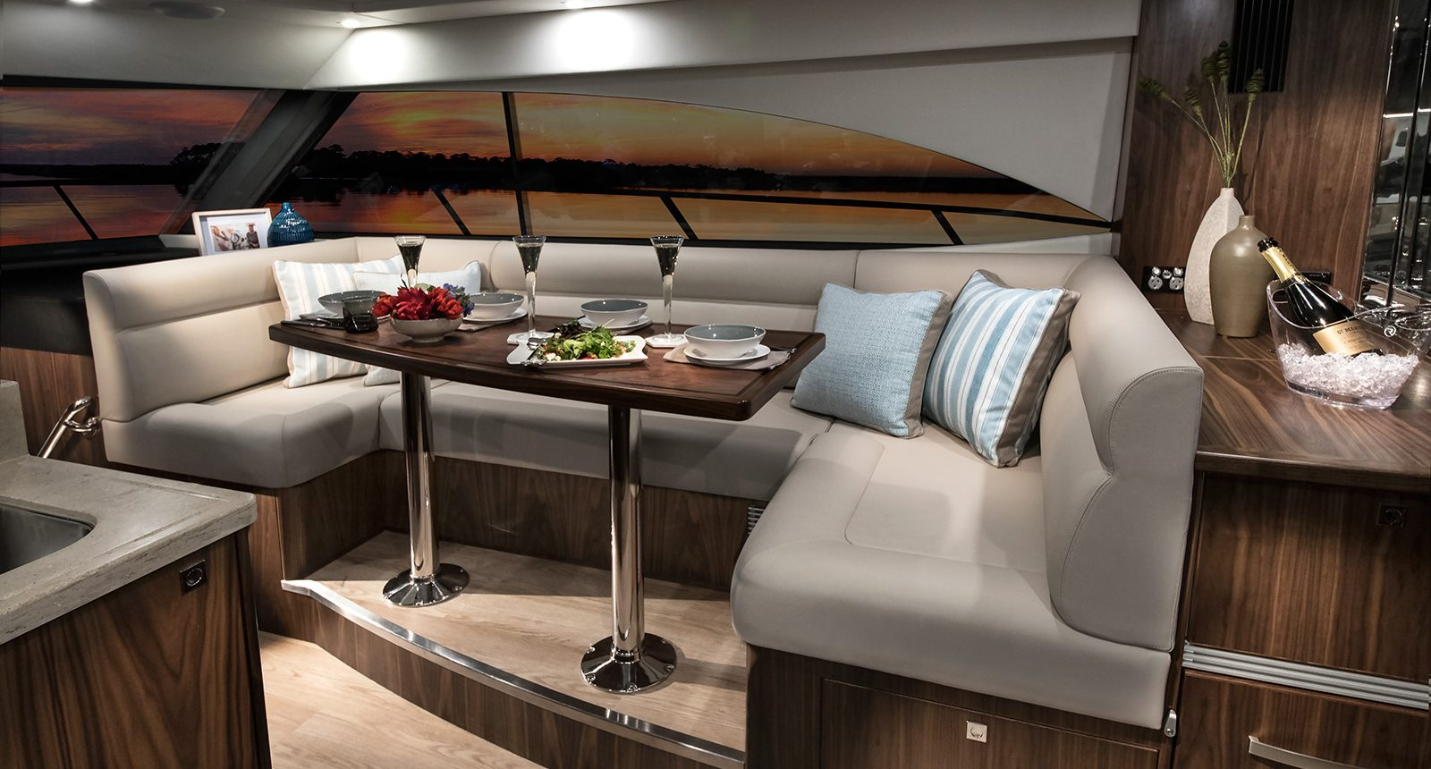 Riviera 4800 Sport Yacht -dining area