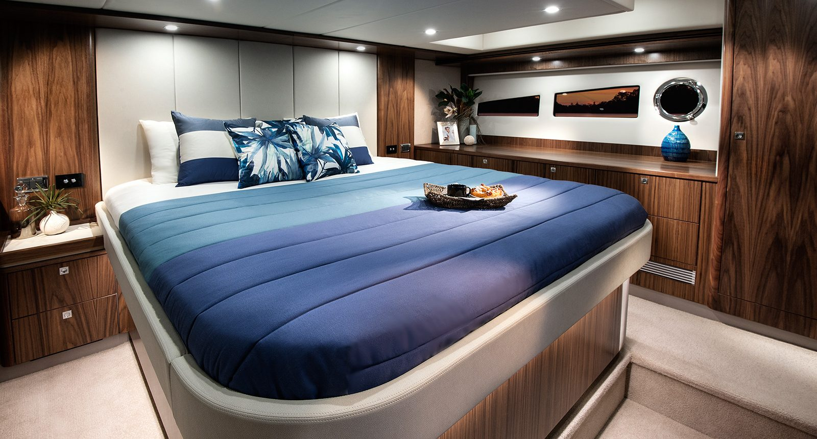Riviera 5400 Sport Yacht - master stateroom