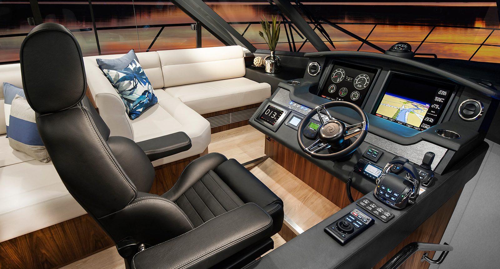 Riviera 5400 Sport Yacht - helm