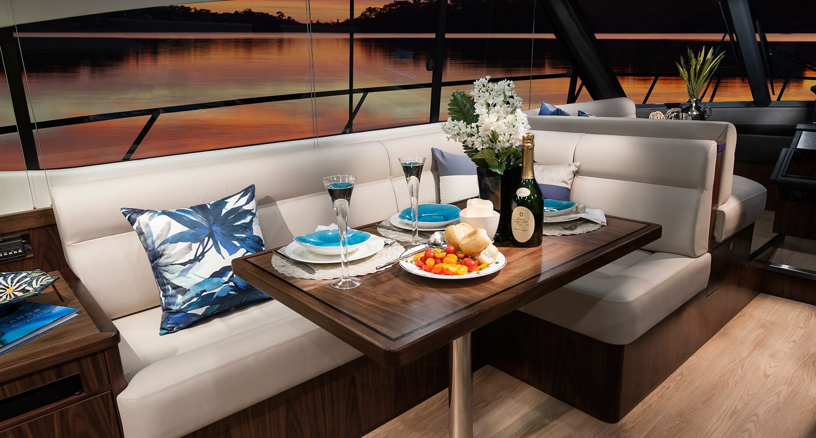 Riviera 5400 Sport Yacht - dining area