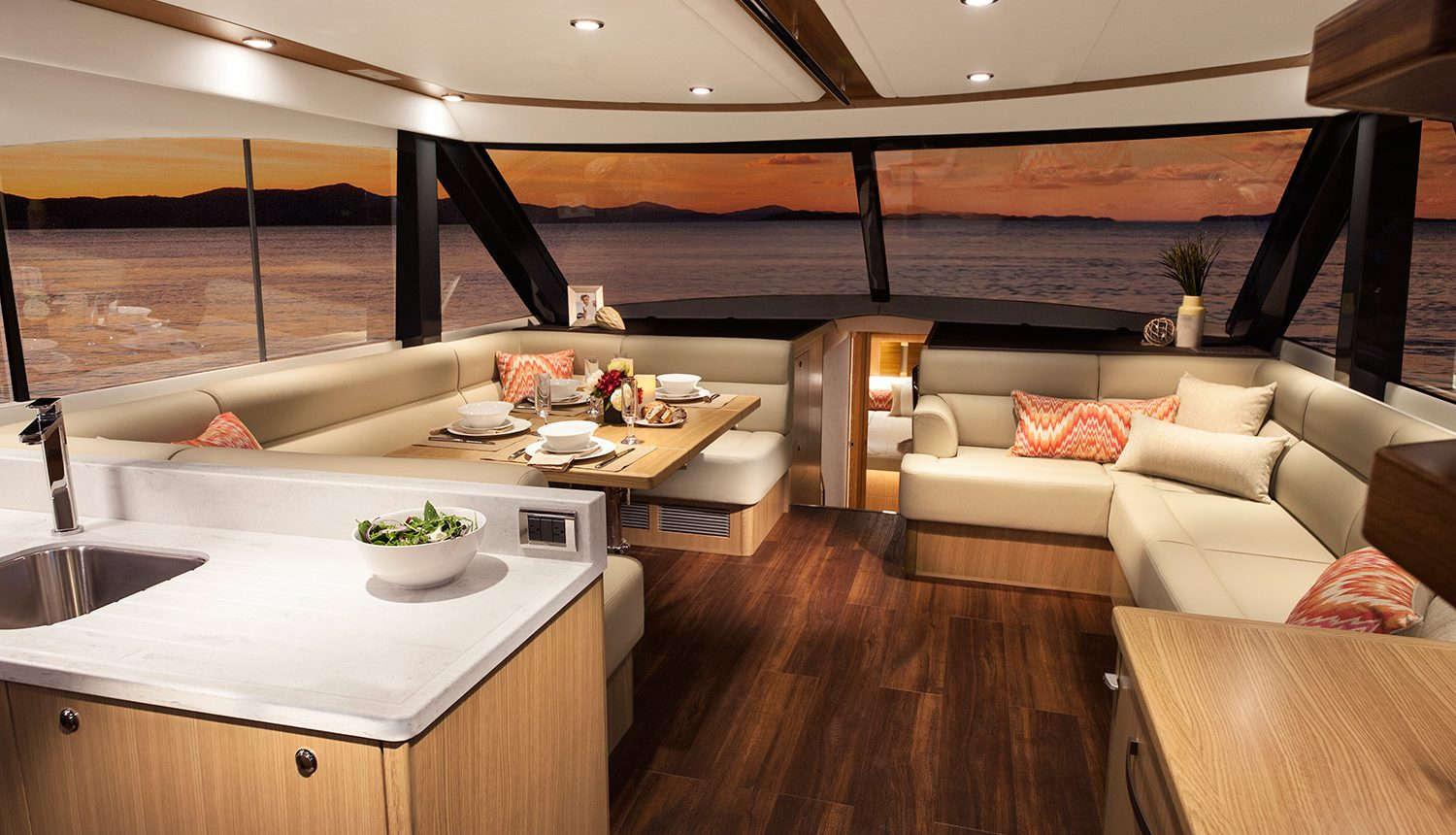 Riviera 57 Enclosed Flybridge - salon