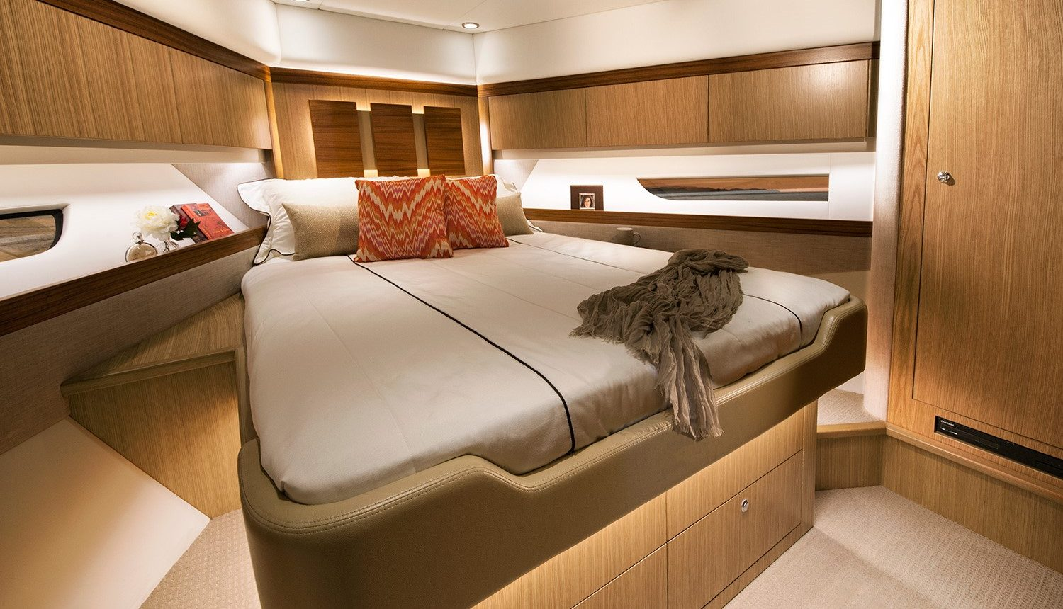Riviera 57 Enclosed Flybridge - guest cabin