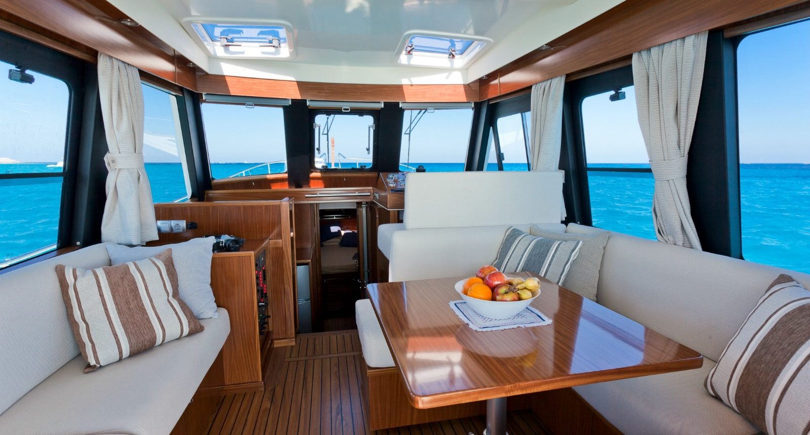 Minorca Islander 42 yacht for sale - salon
