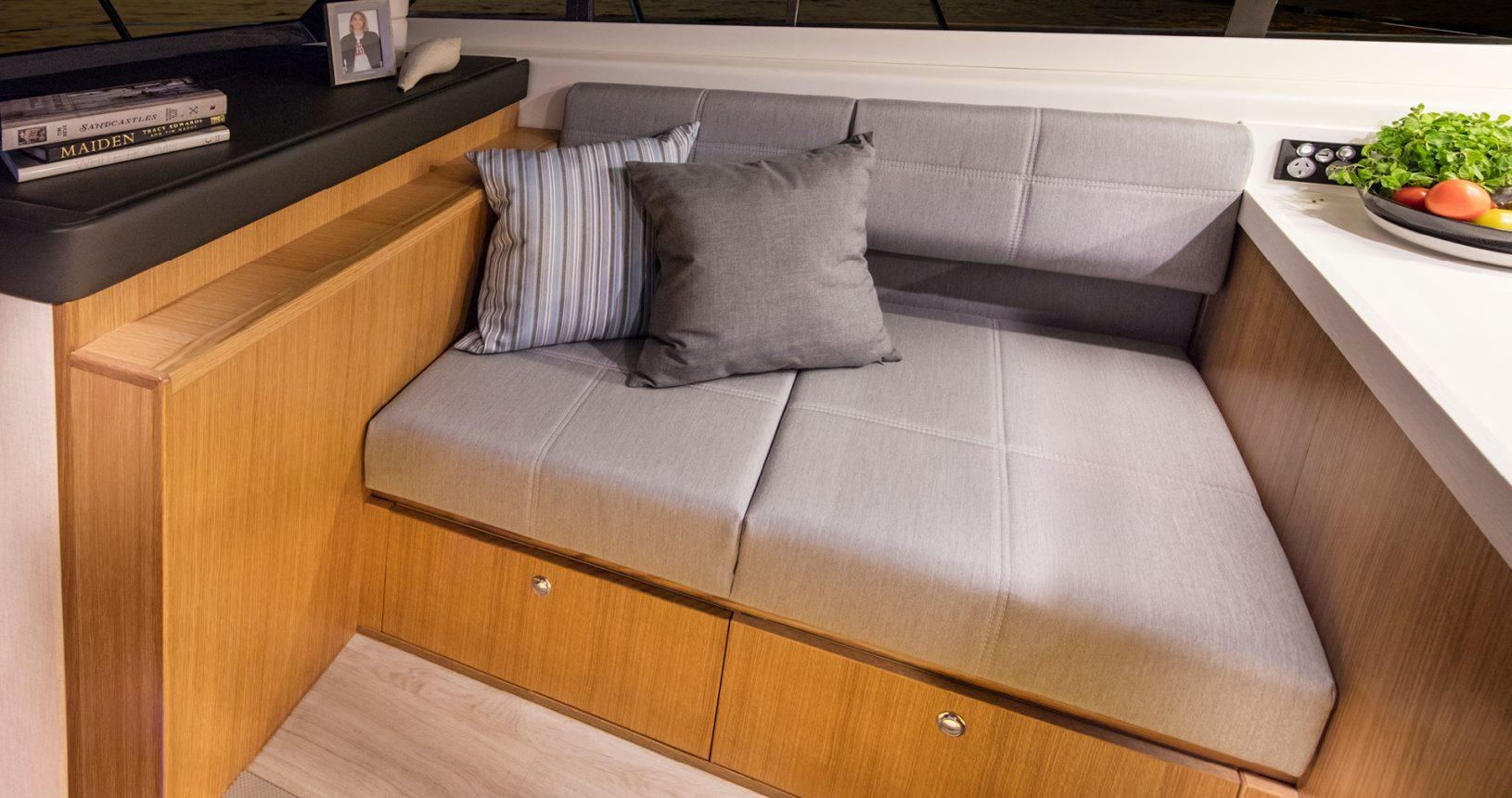 Riviera 39 Sports Motor Yacht - Salon / Lounge
