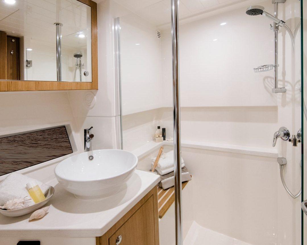 Riviera 39 Sports Motor Yacht - Bathroom